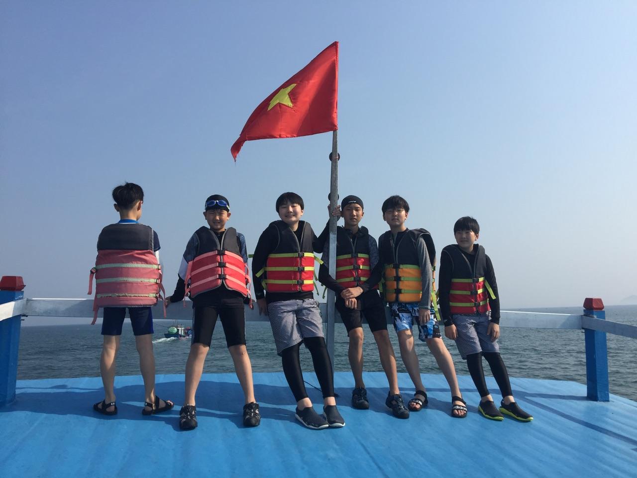 스노클링 투어 배의 선상 전경